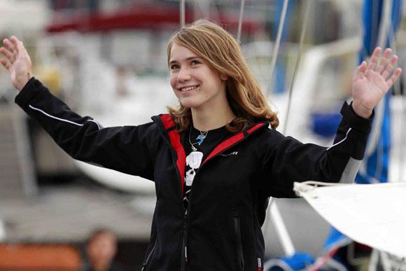 Laura Dekker, de 14 años, inicia por fin su vuelta al mundo en solitario a bordo de su velero