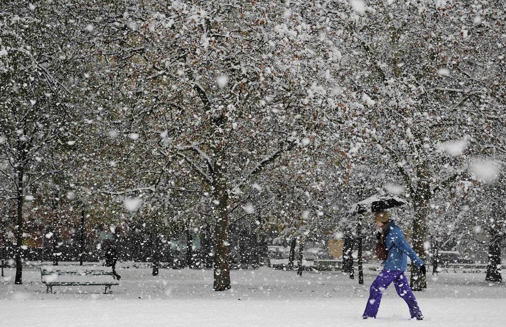 De la vuelta del castillo cubierto de nieve en pamplona al norte de