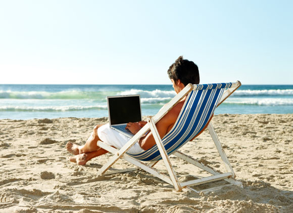 La mitad de los españoles no desconecta del trabajo durante las vacaciones