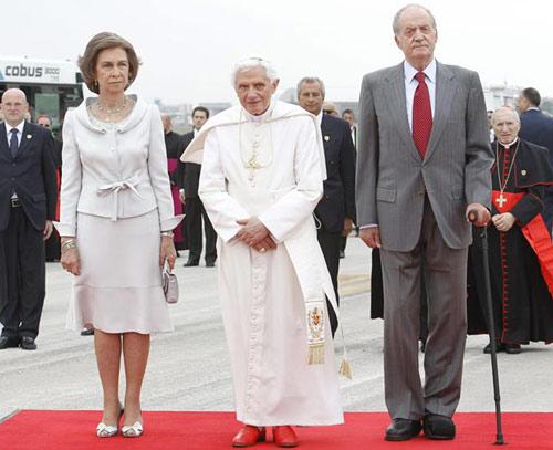 El Sumo Pontífice ha sido recibido en el aeropuerto de Barajas por los reyes don Juan Carlos y doña Sofía