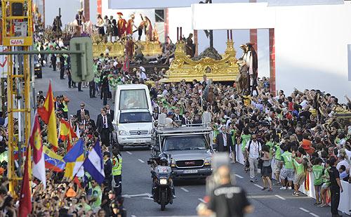 JMJ 2011: Miles de jóvenes peregrinos en el Víacrucis en pleno corazón de Madrid