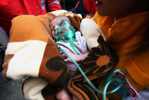 Rescate milagro en Turquía: encuentran con vida a un bebe de 14 días que aguantó 46 horas bajo los escombros, tras el terremoto