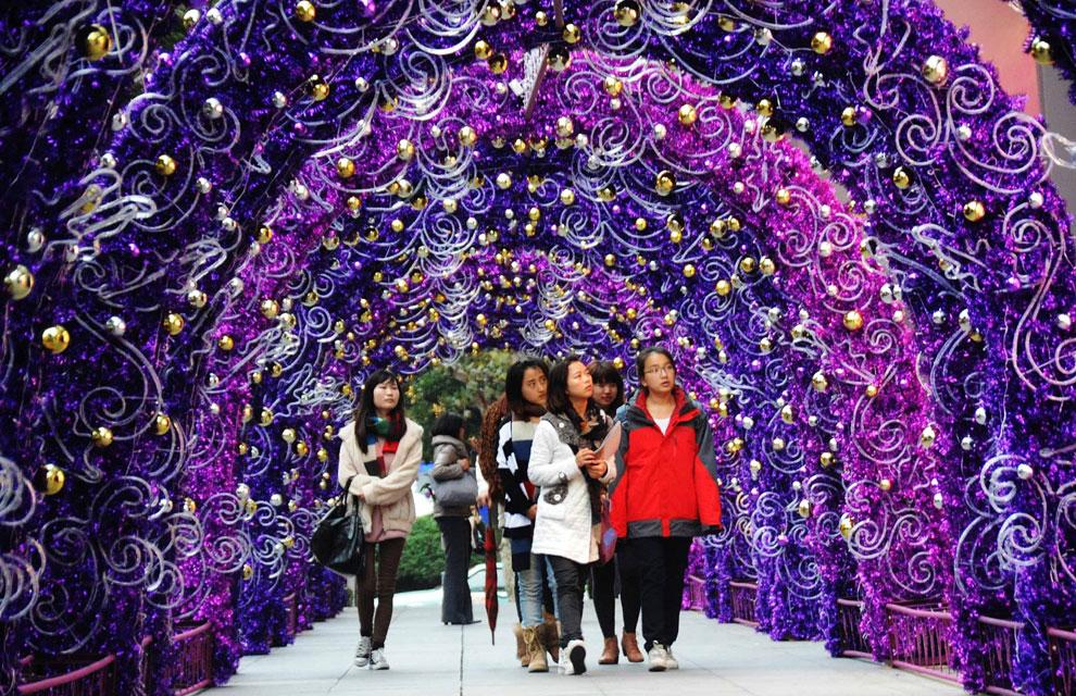 ciudadanos de shangai china atraviesan un paseo decorado por navidad en west nanjing road