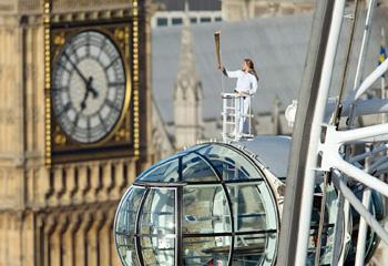 La antorcha olímpica roza el cielo londinense