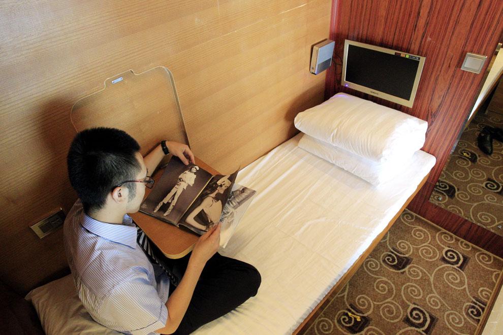 Cabinas De Baño Pequenas:Un hombre lee una revista en el interior de una de las cabinas, que