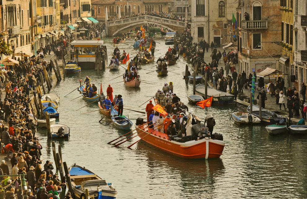 El Carnaval de Venecia arranca con el tradicional desfile de góndolas