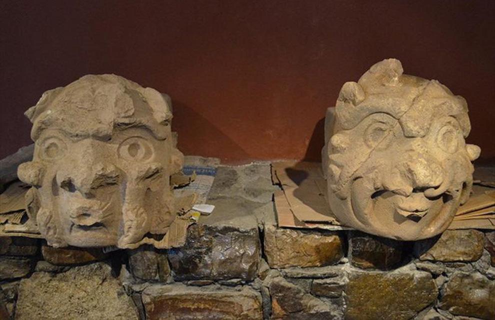 Dos cabezas de piedra de más de 2.000 años