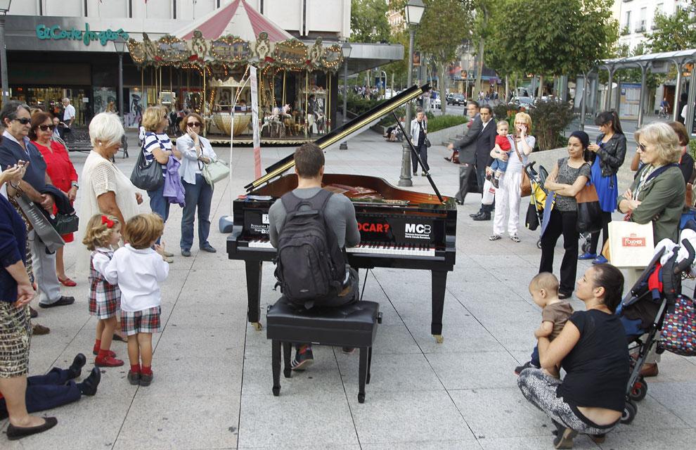 Madrid baila con la m sica de siete pianos en la calle for Hoteles en la calle prado de madrid