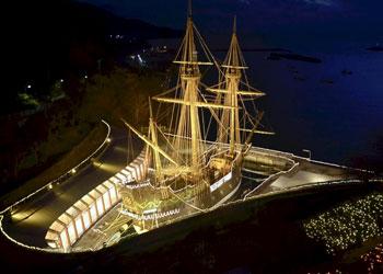 10.000 bombillas iluminan la réplica de un famoso barco
