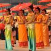 Un colorido baile con sombrillas bate un récord