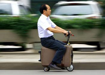 A la estación de tren... ¡en moto-maleta!