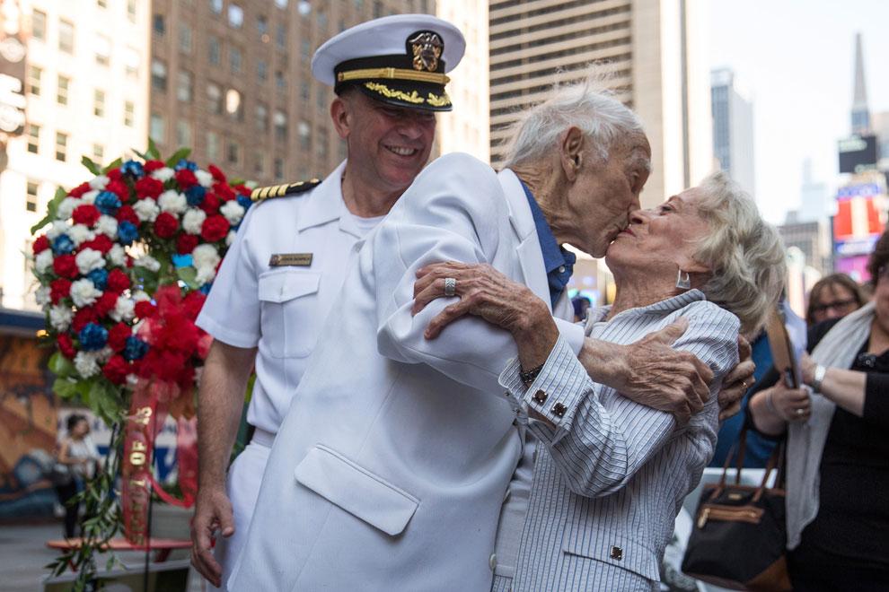 Recrean con 90 años el famoso beso de Times Square