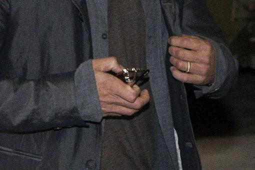 Brad pitt ya luce su anillo de casado foto - En que mano se lleva el anillo de casado ...