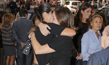 Ana Rosa Quintana recibe el cariño de sus compañeros y amigos en el funeral por su madre