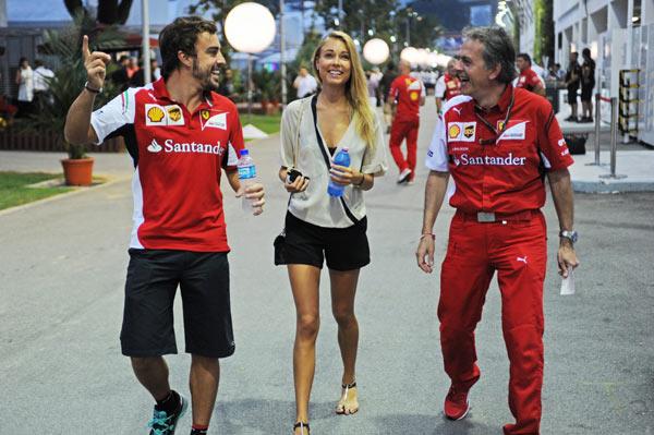 Fernando Alonso y su novia, Dasha Kapustina, todo sonrisas en el gran premio de Singapur