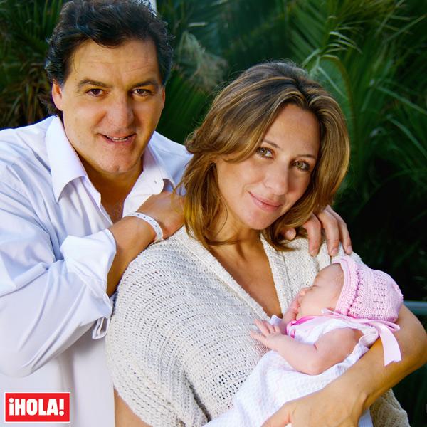 Exclusiva en ¡HOLA!: José Campos y Marián Sousa nos presentan a la pequeña Martina