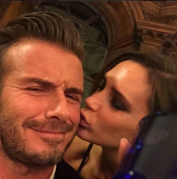 Un beso y un brindis para celebrar el éxito de David y Victoria Beckham