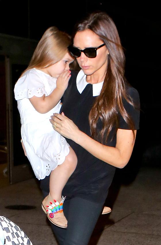 ¡Qué monada! Harper Beckham, toda una muñeca con sus uñas pintadas de rosa