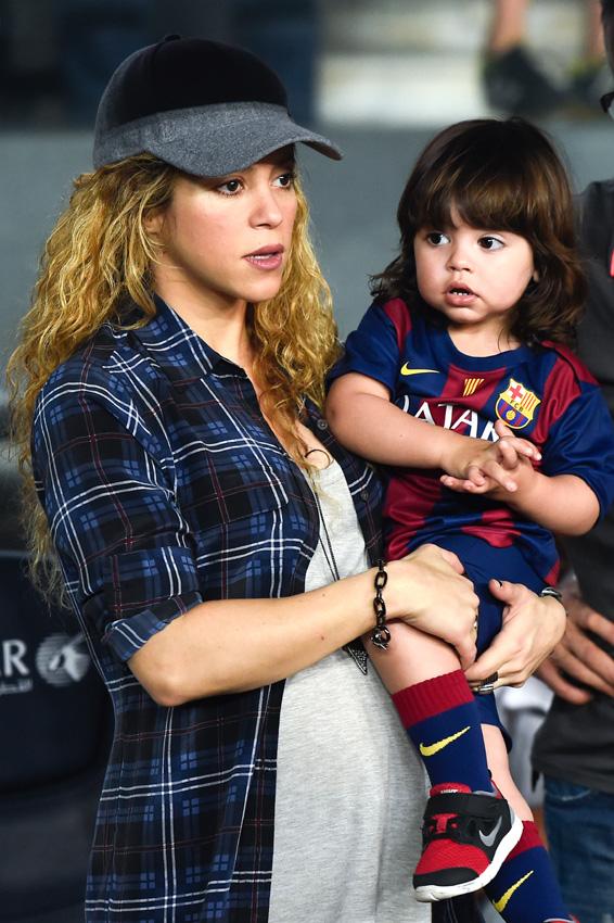 Shakira presume de embarazo junto a los dos hombres de su vida