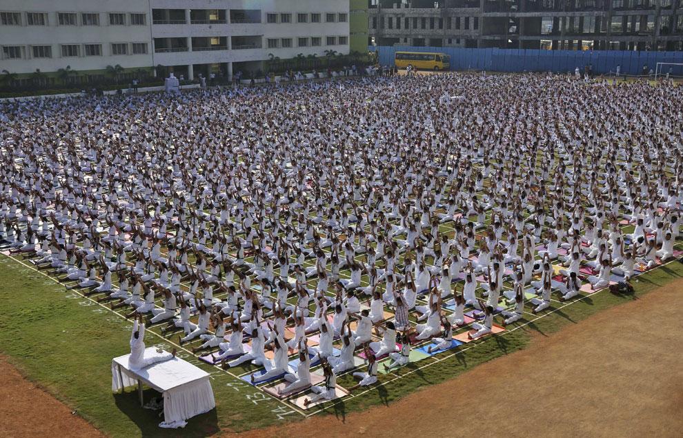El yoga, mejor practicarlo... con cinco mil personas