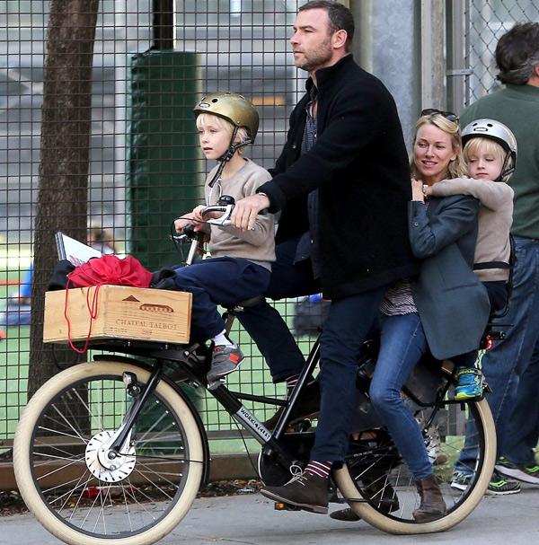 Naomi Watts y sus chicos, una familia sobre ruedas y en perfecto equilibrio