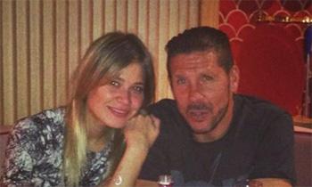 Simeone celebra la nueva victoria del Atleti con Carla Pereyra en el restaurante de Cayetano Rivera