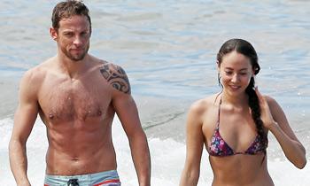 Jenson Button y su prometida, Jessica Michibata, dos atractivos tortolitos de pre luna de miel de Hawai