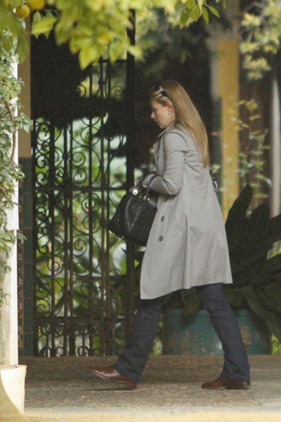 Genoveva Casanova y María Eugenia Fernández de Castro llegan a Sevilla para estar con la familia de la Duquesa de Alba