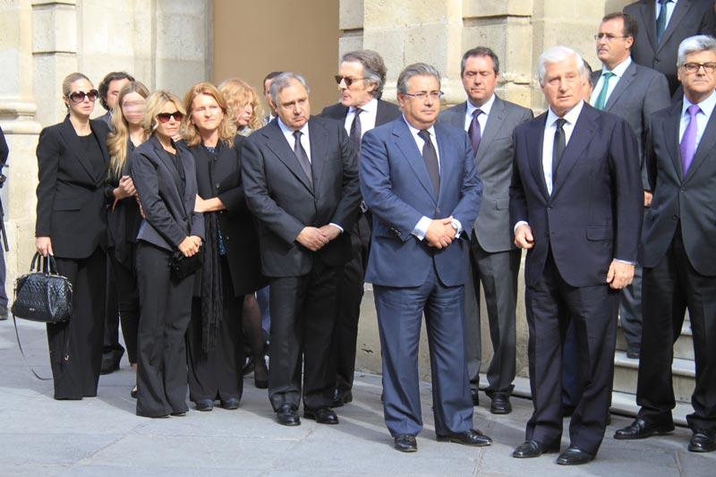 http://www.hola.com/imagenes/actualidad/2014112075162/duquesa-alba-capilla-ardiente-familia/0-297-114/c-familia1-a.jpg
