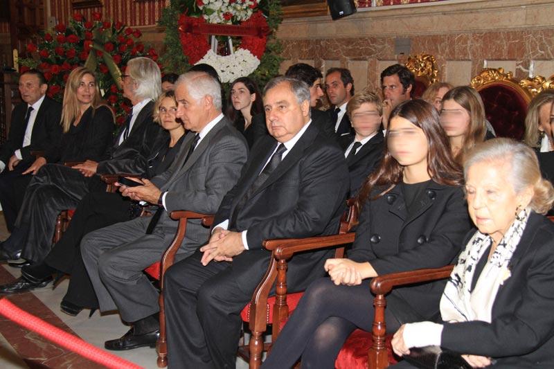 http://www.hola.com/imagenes/actualidad/2014112075162/duquesa-alba-capilla-ardiente-familia/0-297-125/c-familia4-a.jpg