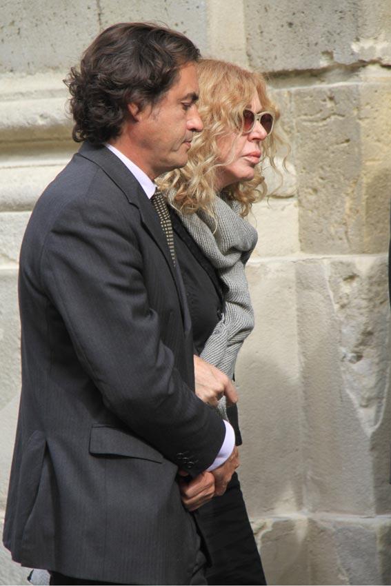 http://www.hola.com/imagenes/actualidad/2014112075162/duquesa-alba-capilla-ardiente-familia/0-297-126/c-maria-eugenia1-a.jpg