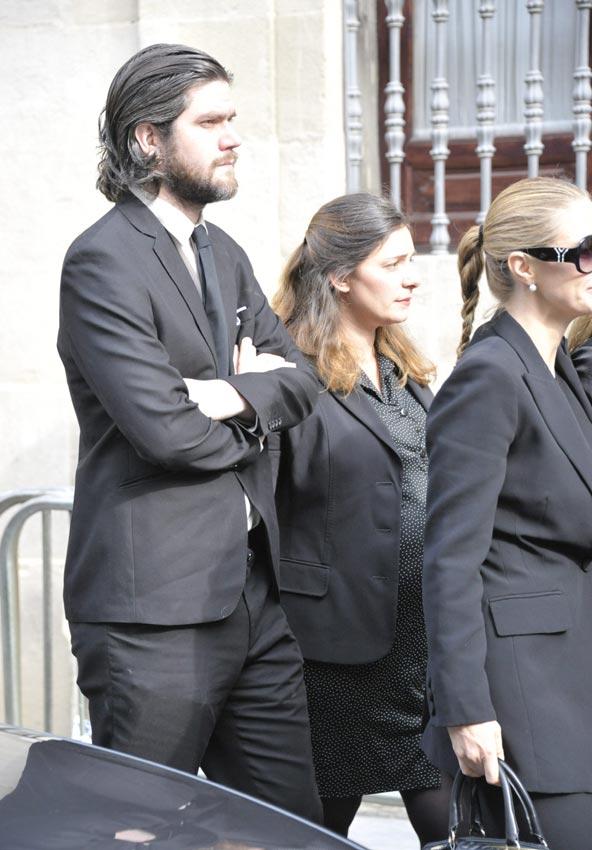 http://www.hola.com/imagenes/actualidad/2014112075162/duquesa-alba-capilla-ardiente-familia/0-297-151/c-jacobo-nieto1-a.jpg