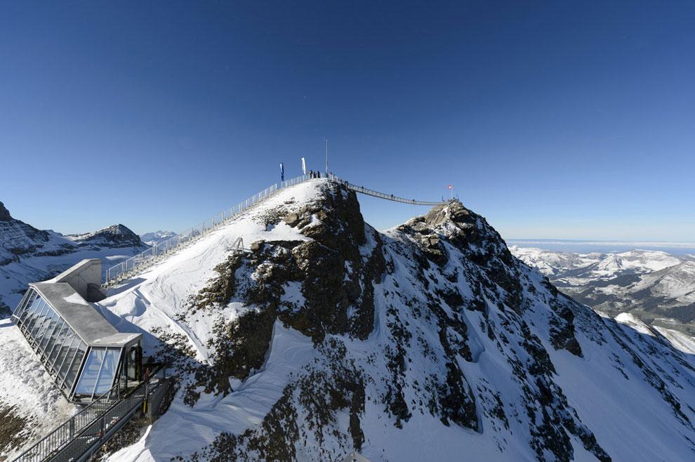 Inauguran el primer puente colgante entre dos picos de montaña