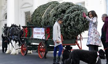 Los Obama y sus hijas dan la bienvenida a la Navidad