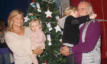Carolina Herrera y Goya Toledo ayudan a Paco Arango a encender 'el árbol de los deseos'
