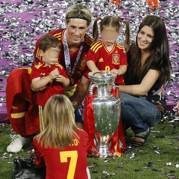 Fernando Torres y su mujer, Olalla Domínguez, reciben su mejor regalo de Navidad