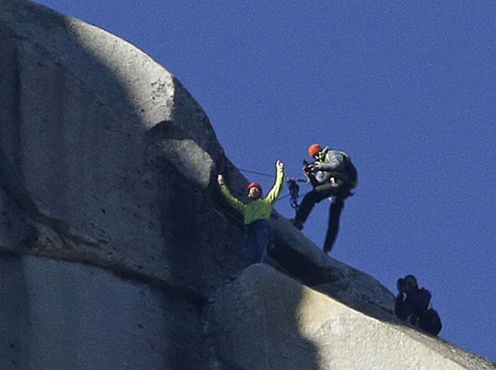 Hacen historia al escalar la pared más difícil del mundo