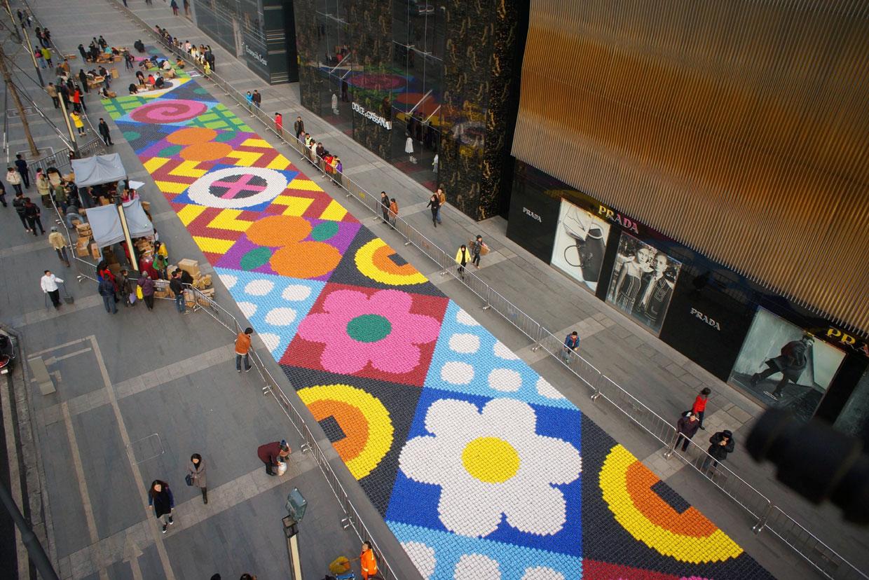 Una dulce y solidaria alfombra multicolor