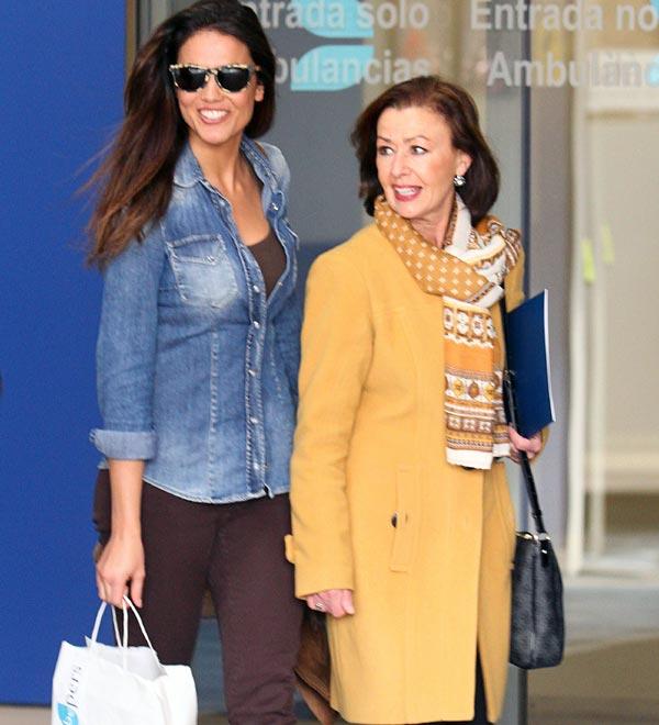 Lara Álvarez acompaña a Fernando Alonso en su salida del hospital