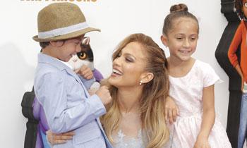 ¡De estreno con mamá! Jennifer López enseña a Max y Emme a posar como estrellas