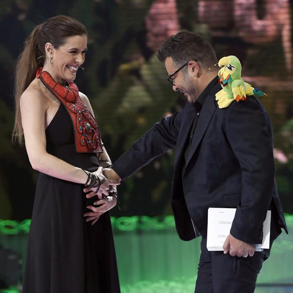 Una emocionada Raquel Sánchez Silva presume de embarazo en el estreno de 'Supervivientes'