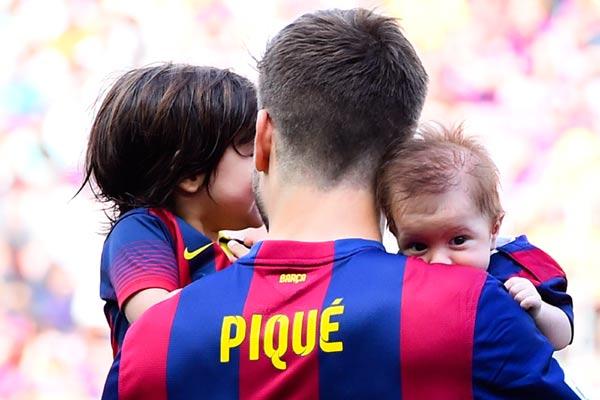 Sasha Piqué salta al campo por primera vez con su padre y su hermano Milan