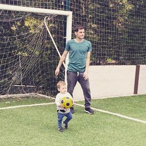 La imagen más tierna de Iker Casillas jugando al fútbol con Martín