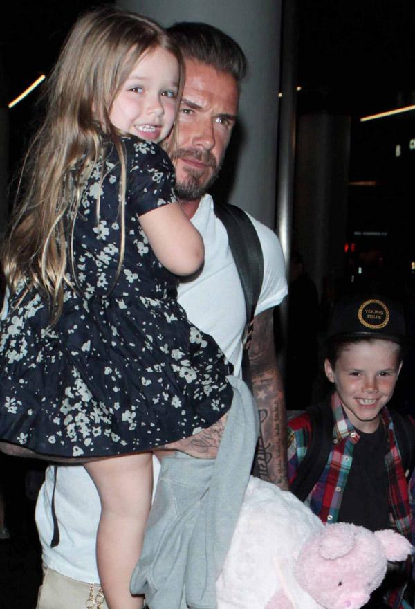 ¡Una sonrisa, por favor! Harper Beckham, una auténtica 'celebrity' con su padre y sus hermanos en el aeropuerto
