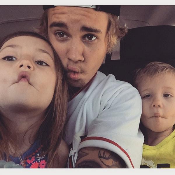 Justin Bieber, un perfecto y orgulloso hermano mayor