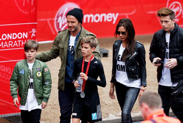 Romeo Beckham corre el 'mini maratón' de Londres con el apoyo de su 'equipo'