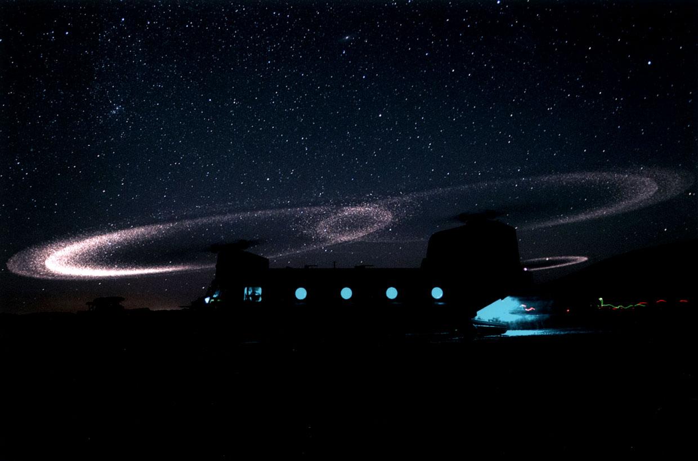 Las palas de un helicóptero brillan en el desierto