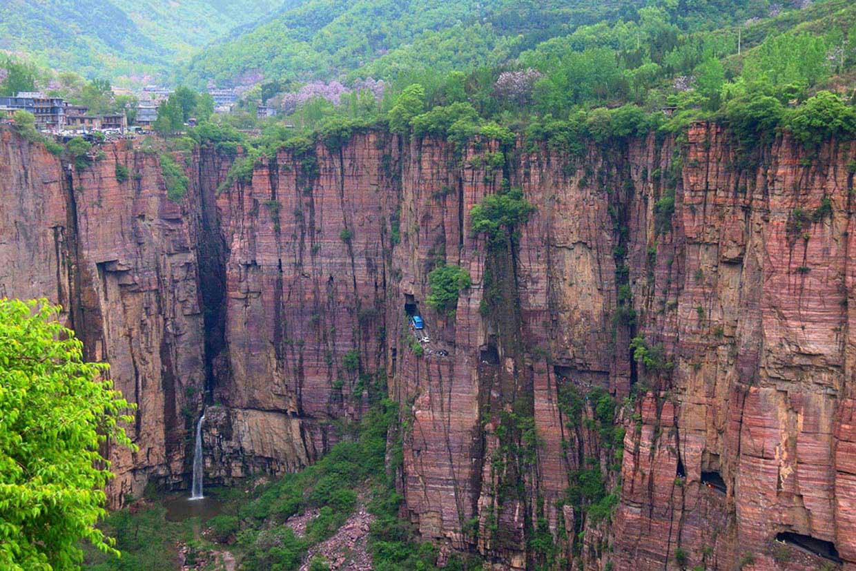 Atrapados en un atasco en mitad del acantilado