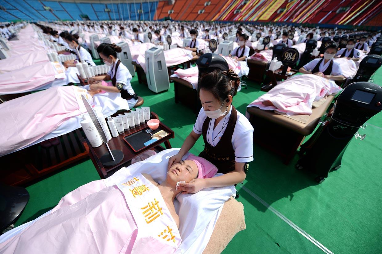 Un tratamiento facial en multitudinaria compañía