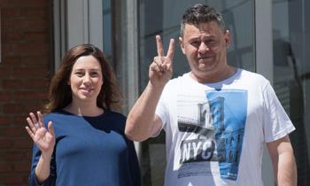 Miki Nadal y Carola Escámez abandonan el hospital a la espera de poder llevarse a casa a su hija Carmela